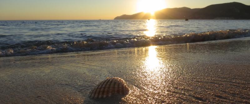 Sonnenuntergang am Strand nahe dem Hotel.
