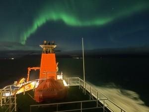 Nordlicht von Maria S. Merian beochtet, mit Akureyri im Hintergrund.