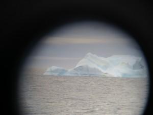 Manchmal mussten wir solche riesigen Eisberge umfahren, weil sie auf unserem Profil lagen.